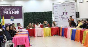 mulher discursa para o público no Chá das Alices