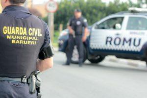 agentes da guarda civil de Barueri ao lado de viaturas da ROMU