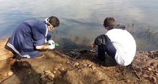 dois alunos da Emef Alexandrino da Silveira Bueno colhem amostras de água do Rio Tietê em Salto