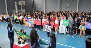 alunos participando do evento de abertura da Copa na escola