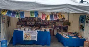 uma banca de livros na Feira Cultural