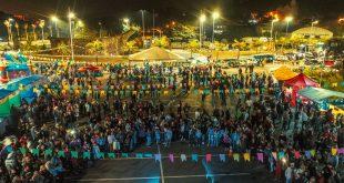 multidão reunida no centro de convivência do idoso para a festa junina da terceira idade em Santana de Parnaíba