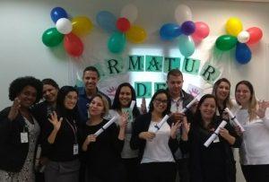 alunos da turma do curso de Libras no Hospital Municipal de Barueri exibem certificados enquanto posam para foto