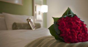 detalhe de uma rosa sobre uma cama de hotel