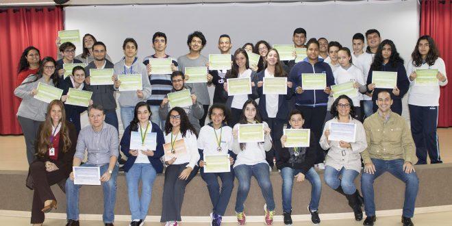 alunos da Fieb exibem homenagens recebidas por desempenho na Olimpíada de Matemática