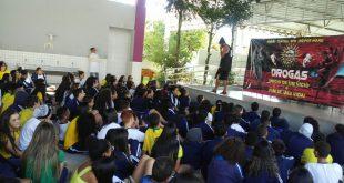 alunos da escola Egídio Costa acopmanham palestra sobre drogas e gravidez da adolescência