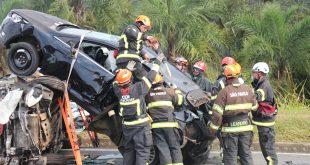 equpies da CCR Viaoeste e da Abiclor operando em simulado de acidente envolvendo veículo com carga perigosa