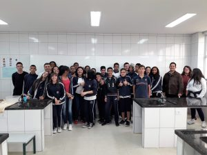alunos da Emeief Adherbal posam para foto