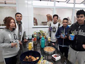 alunos da Emeief Adherbal posam atrás de mesa com alimentos