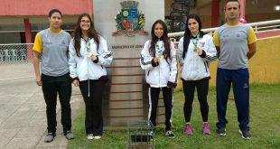Atletas parnaibanas que participaram da Etapa Classificatória do Campeonato Brasileiro de Karatê posam com medalhas