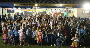 Crianças que participaram das apresentações na festa Julina do CCCA posam para foto