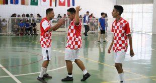 alunos da unidade Dagmar Ribas da Fieb jogam futsal com camisas da Croácia
