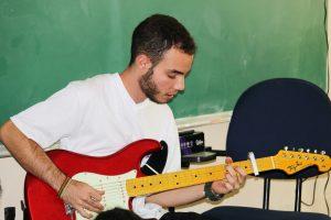 aluno da unidade Dagmar Ribas da Fieb tocando guitarra