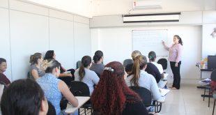 cerca de 20 adultos acompanhando uma aula de um curso profissionalizante