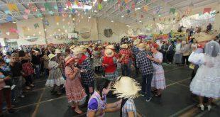 quadrilha de idosos dançando durante festa julina do parque da maturidade