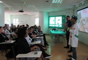 funcionários do hospital participando de palestra descontraída