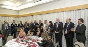 rotarianos em jantar durante cerimônia de transferência de diretoria