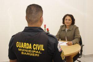 guarda civil de barueri sem o rosto mostrado sendo atendido pela piscóloga Marilde Batista Novelli
