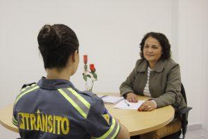 agente de trânsito de barueri sem o rosto mostrado sendo atendida pela piscóloga Marilde Batista Novelli