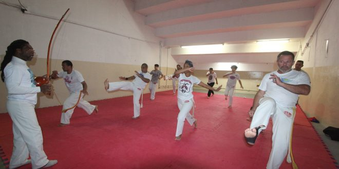 praticantes de capoeira do barueri esporte forte treinando movimentos