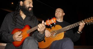 dois homens tocando violão e cavaquinho