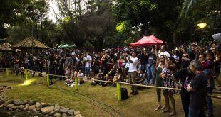 centenas de pessoas se reúnem no parque municipal de barueri para acompanhar show de rock