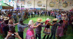 quadrilha de idosos dança em roda durante Festa Julina do Parque da Maturidade