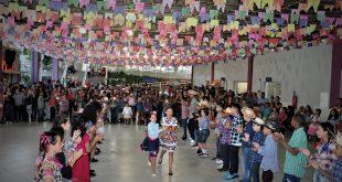 alunos de uma escola de barueri dançando quadrilha durante festa junina da instituição