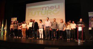 alunos reunidos no palco do teatro municipal de Barueri