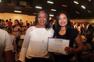 aluna e mulher posam com certificado de formação