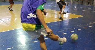 duas equipes de barueri disputando uma partida de futsal