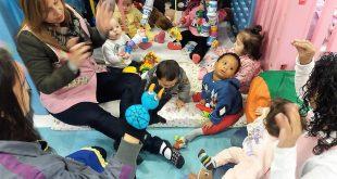 crianças do maternal damasceno participando de atividades com suas monitoras