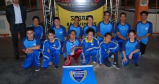 alunos de kung fu do Barueri Esporte Forte posam para foto no Campeonato Paulista de Kung Fu Wushu