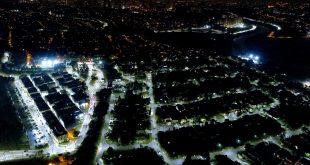 vista aérea noturna de um residencial de Alphaville em Santana de Parnaíba, com a nova iluminação de LED bem visível e contrastando com outras áreas da cidade, que ainda usam iluminação pública tradicional