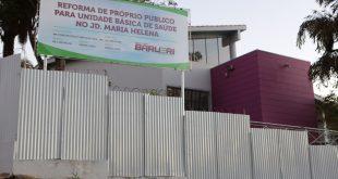 fachada da ubs do jardim maria helena, cercada de tapumes para reforma