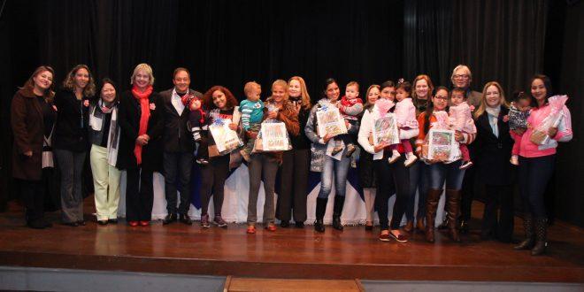 participantes do fórum posam para foto no palco do Cine Teatro
