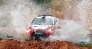 Mitsubishi ASX Racing vista de frente, deixando um rastro de poeira para trás
