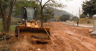 máquina trabalhando em terraplanagem da área que abrigará o Parque Municipal Fazendinha