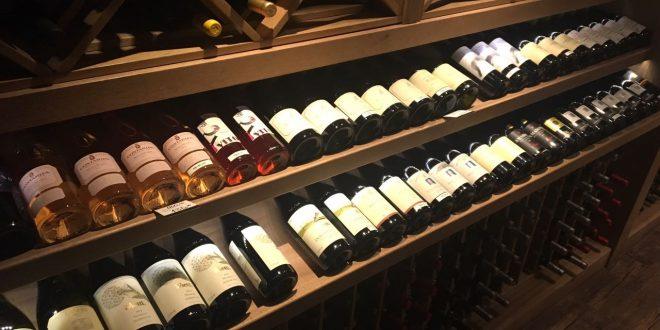 uma adega de vinhos