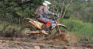 Fabrício Bianchini pilotando moto durante rali