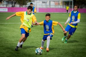 pequenos atletas do cbf social disputam partida de futebol