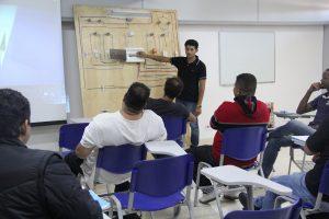 instrutor explica conceitos de elétrica para alunos do Sebrae