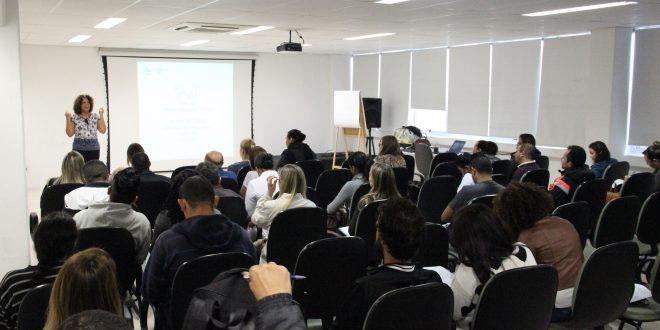 alunos acompanham aula em curso do Sebrae