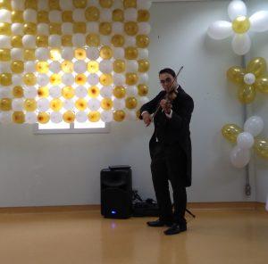 violinista se apresentando no hospital municipal de barueri