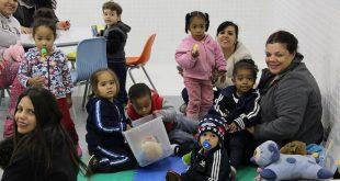educadoras e várias crianças em sala do maternal do Vale do Sol