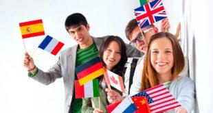um grupo de estudantes segurando bandeirinhas de diversos países como Alemanha, Rússia, China, França, entre outros.