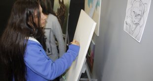 menina pintando uma tela