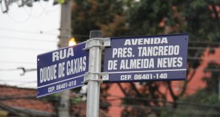 placa indicando o nome da Avenida Presi. Tancredo de Almeida Neves e a Rua Duque de Caxias