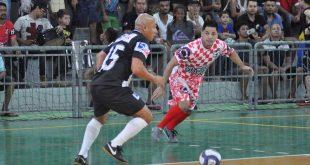 jogadores da Ponte e da Cachoeirinha disputam partida de futsal