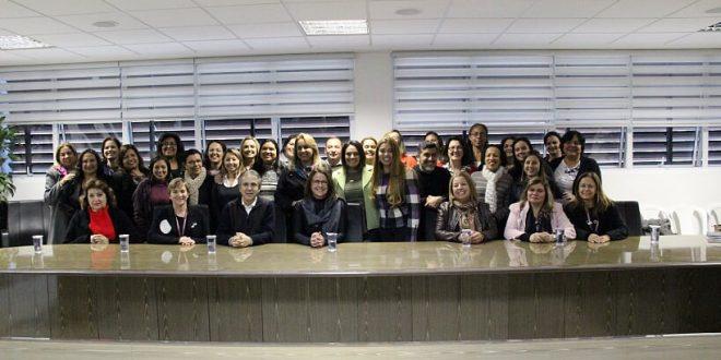 membros do conselho da mulher posam para foto no gabinete do prefeito